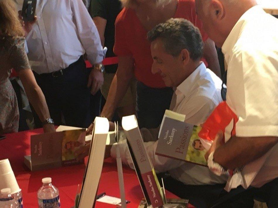 Toulon Des Centaines De Fans A La Seance De Dedicace De Nicolas Sarkozy La Lettre Economique Et Politique De Paca